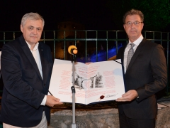 Prosecutor Brammertz accepts Peace Award from Safet Oručević, director of the Centre for peace and multiethnic cooperation in Mostar