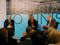 L'actuel Greffier du TPIY, John Hocking, le Greffier adjoint du TPIY, Kate Mackintosh, et le premier Greffier du TPIY, Theodoor van Boven