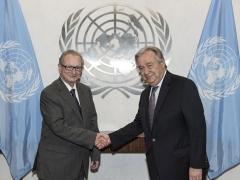 Le Secrétaire général António Guterres (à droite) rencontre le Juge Carmel Agius, Président du Tribunal pénal international pour l'ex Yougoslavie.