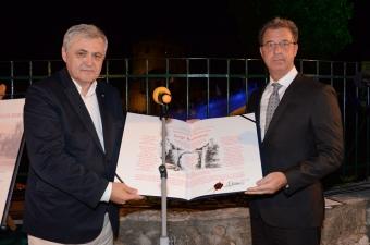 Tužilac Brammertz prima nagradu za mir od Safeta Oručevića, direktora Centra za mir i multietničku saradnju u Mostaru